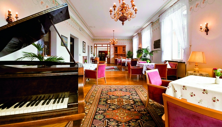 Monte Sella lounge with piano