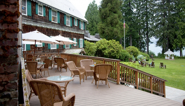 Lake Quinault Lodge Exterior deck and lawn